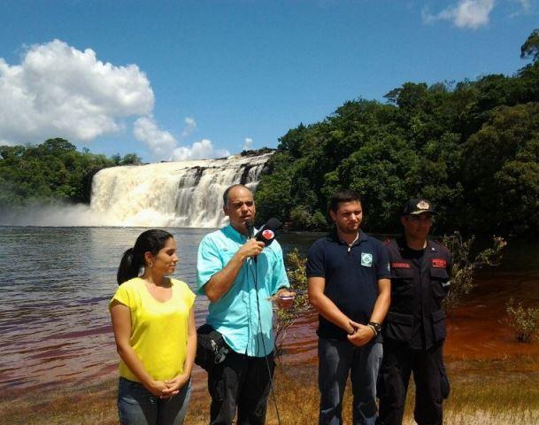 Ministro-Izarra-y-demás-autoridades-en-el-Parque-Nacional-Canaima-estado-Bolívar.-Foto-Jesús-Villamizar