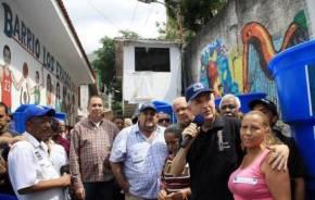 """Con su programa """"Agua para la Vida"""" el Alcalde Metropolitano  repartió tanques de agua en jornada en barrio losErasos."""
