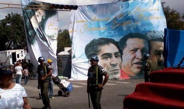 pendon con la imágen de la DIVINA PASTORA y los políticos Bolívar, Chávez y Maduro, quienes quedaron separados