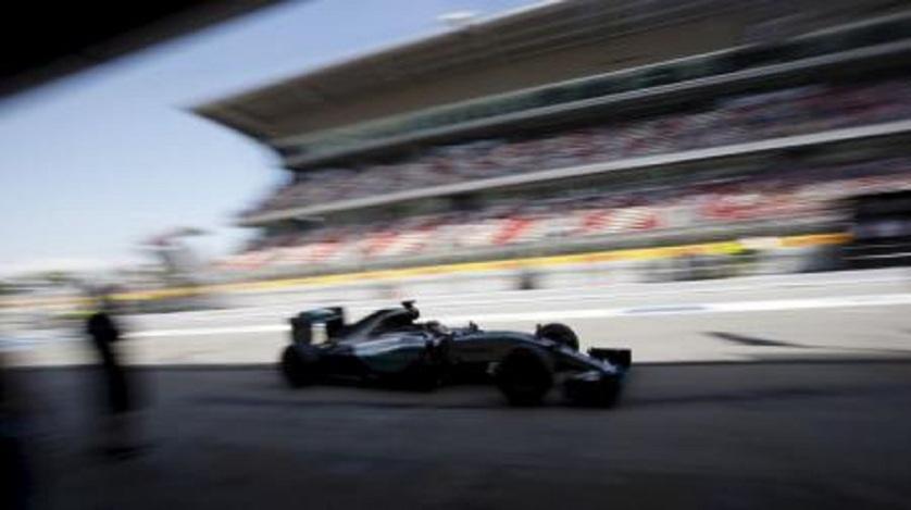 El piloto de la escudería Mercedes de Fórmula Uno Lewis Hamilton durante la segunda ronda de ensayos del Gran Premio de Cataluña, España, mayo 8 2015. El Circuito de Cataluña seguirá albergando al Gran Premio de España de la Fórmula Uno hasta 2019, luego de que se acordara una extensión del contrato, informaron el viernes los organizadores. REUTERS/Albert Gea
