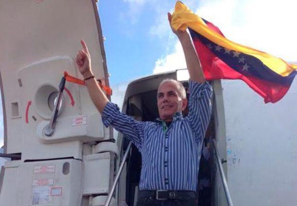 manuel_rosales_en_avion_bandera
