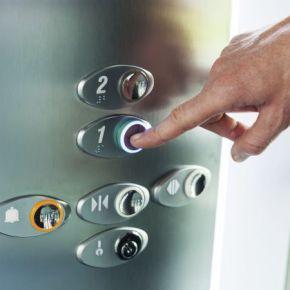 La auténtica realidad del botón para cerrar la puerta de losascensores