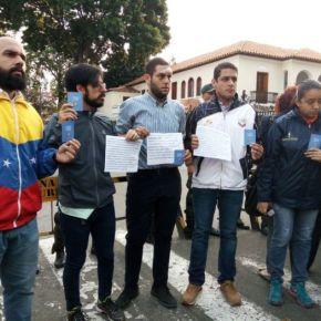 Diputados madrugaron en Comandancia de la GNB para protestar por larepresión