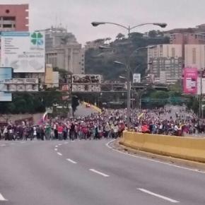 Policías y manifestantes chocan en autopista de Caracas trasprotesta