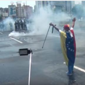 """Venezuela: A """"Peñonazos"""" como yihadistas reprimen los cuerpos de seguridad a unaseñora."""