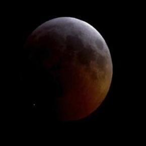 Capturan momento que un objeto impacta la Luna durante eleclipse